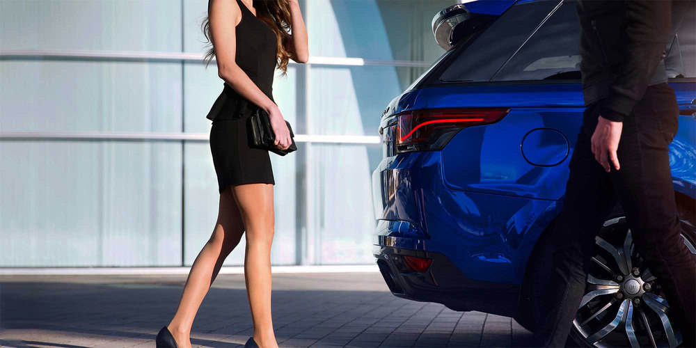 Glohh GL-5i dynamic LED tail light on Range Rover Sport, couple standing by